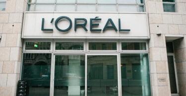 A L'Oréal Paris anunciou que tem como missão reduzir a pegada de carbono em 50% por produto final, até 2030.