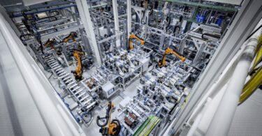 A Mercedes-Benz aliou-se à GROB-WERKE GmbH, empresa de produção de baterias e de sistemas de automação, para expandir a produção de baterias.