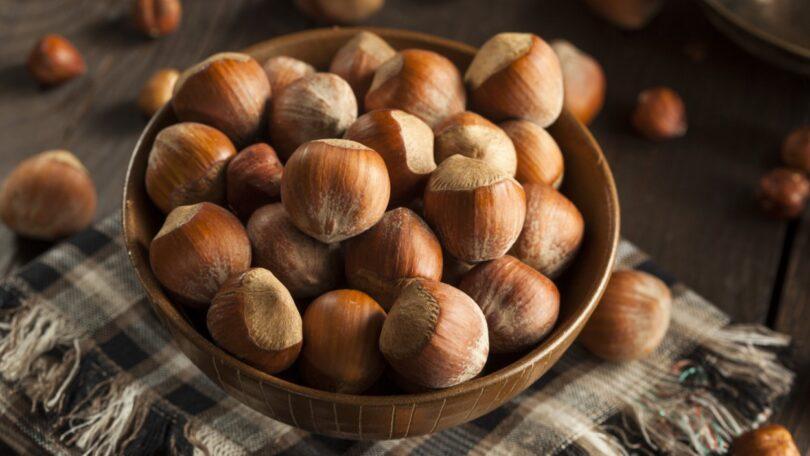 Uma investigação analisou o ácido pirolenhoso e a fraçãodo alcatrão no bio-óleo produzida a partir da pirólise de cascas de avelã.